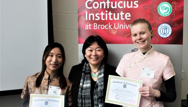 Trent International students Jutta Ronkainen 冉玉天, from Fenland, and Juyeon Oh 吳珠娟, from Korea, with Dr. Shaoling Wang