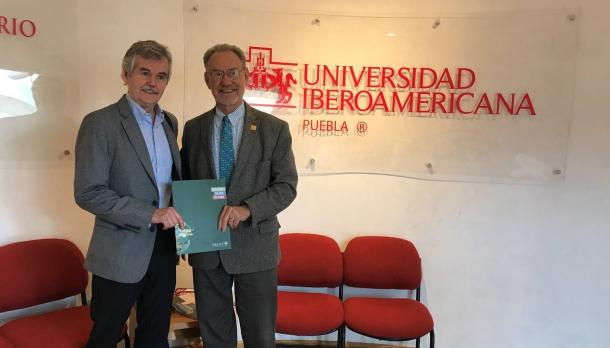 Leo Groarke standing with a man in front of the Mexican University sign